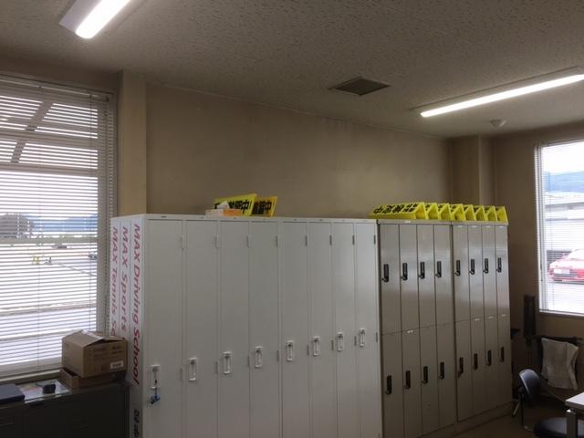 自動車学校の待合室も変更。