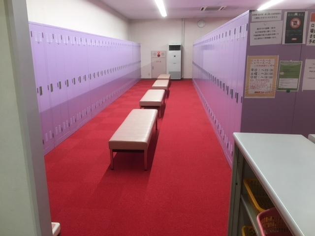 合宿免許のスポーツクラブ更衣室。