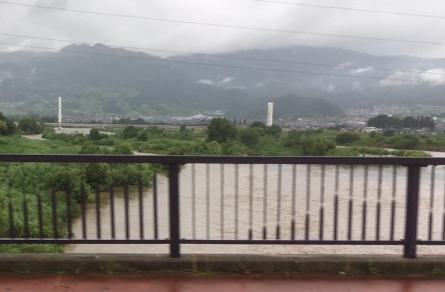 雨の千曲川。