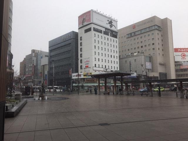 長野駅前、日曜日は雪。